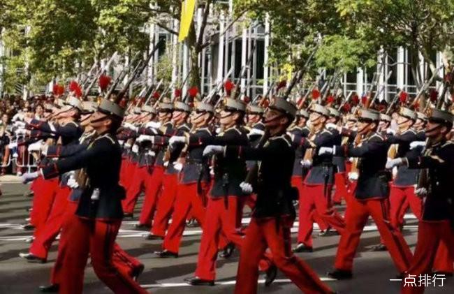 西班牙国庆日阅兵惊现尴尬一幕 伞兵携国旗意外挂上路灯杆